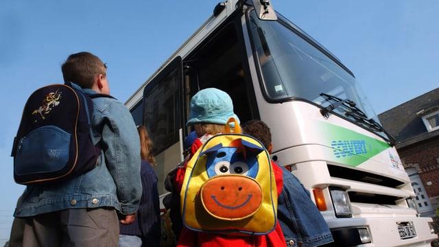 Kinder stehen vor einem Bus