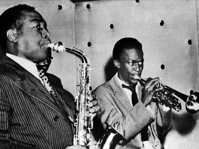 Zwei schwarze Musiker mit Blasinstrumenten.