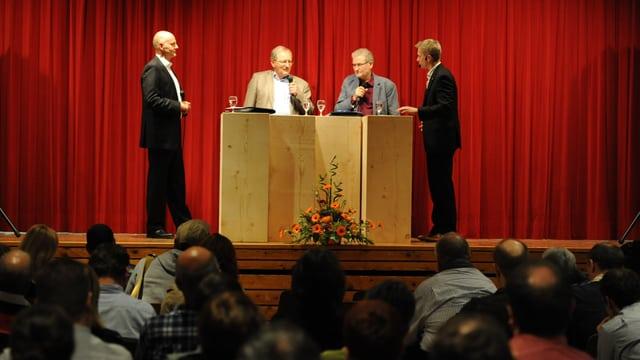 Ralf Seelig, Urs Hasler, Franz Gschwend ed Urs Cadruvi sin pais vid il discussiunar.