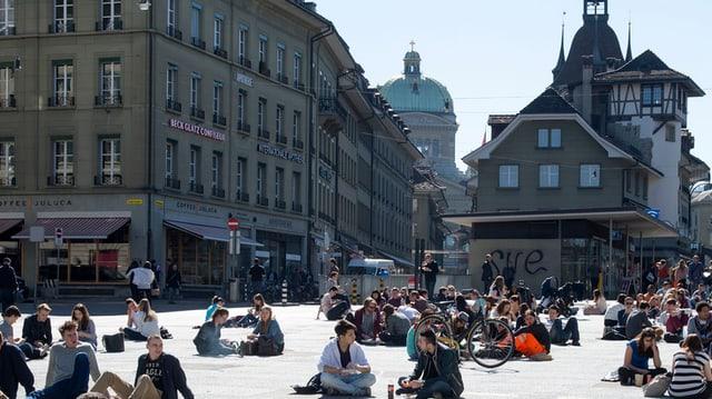Menschen auf dem Waisenhausplatz.