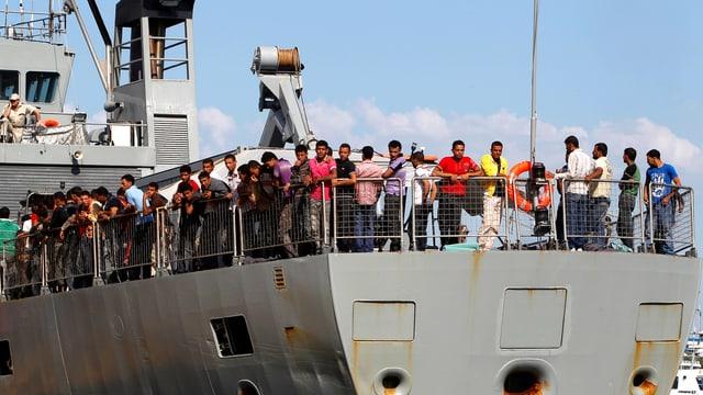 Heck eines kleineren türkischen Handelsschiffs im Hafen von Piräus. Das Deck ist voll mit Flüchtlingen.