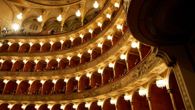 Mehrgeschossiger Saal der Oper in Rom, Zuschauer auf den Balkonen.