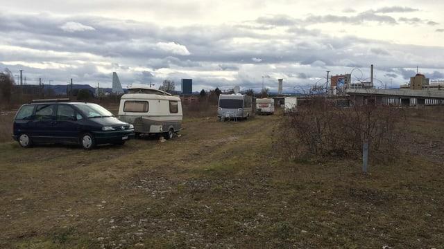 Umstrittener Standort: Fahrende haben ihre Wohnwagen auf einem sensiblen Stück Natur parkiert.