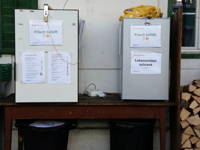 Zwe Kühlschränke stehen vor einem Haus. Sie sind mit Zahlenschlössern gesichert.