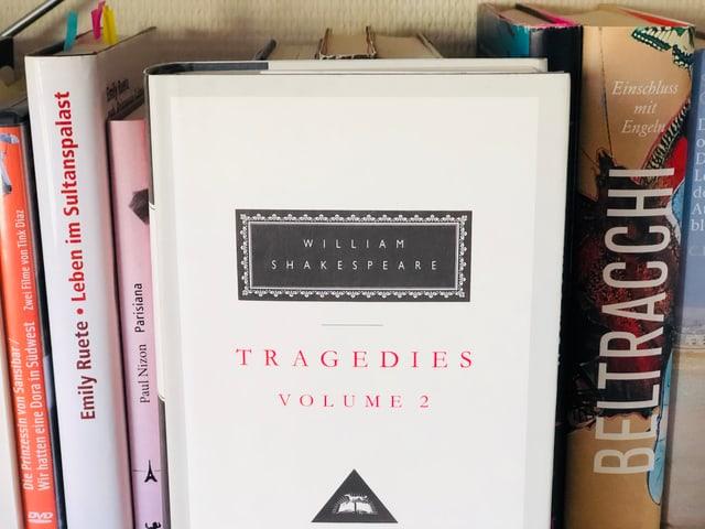 William Shakespeare. «The Collected Works». (1992, Everyman's Liberary) auf einem Bücherregal