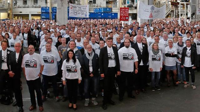 """foto gruppa da collavuraturas cun t-shirt """"ina firma - ina famiglia"""""""