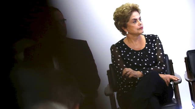 Rousseff sitzend.