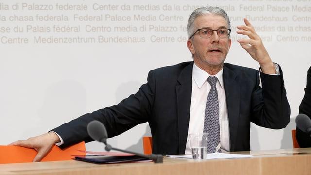 Rafael Corazza da la WEKO ad ina conferenza da pressa.