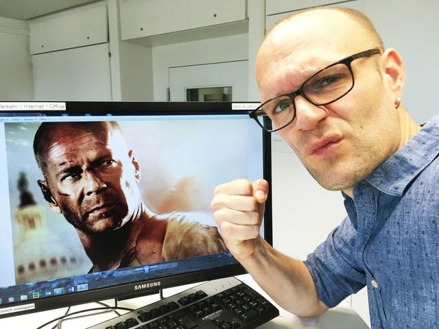 Redaktor Stefan Wüthrich am Arbeitsplatz