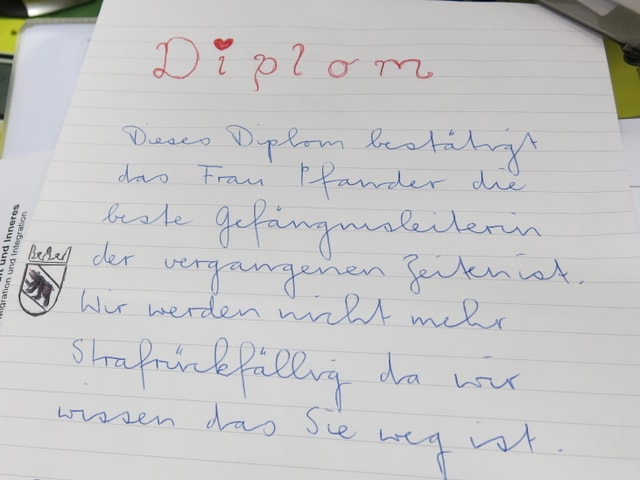 Von Hand geschriebenes «Diplom», welches Frau Pfander als «beste Gefängnisleiterin» lobt.
