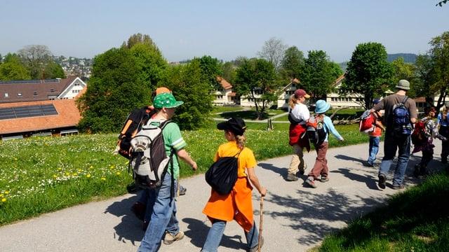 Schulklasse am wandern