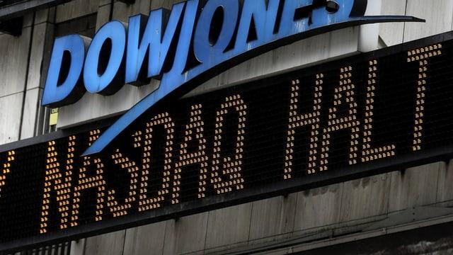 Nachrichten-Laufband am New Yorker Times Square zeigt an, dass der Handel an der Nasdaq gestoppt wurde.