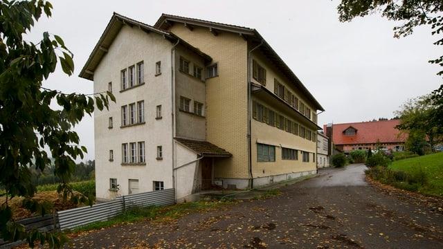 Die Asylunterkunft Fischbach von aussen.