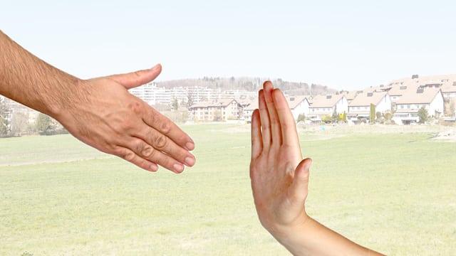 Eine Person schlägt den Handschlag aus