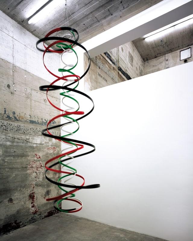 Bänder hängen spiralenförmig von der Decke