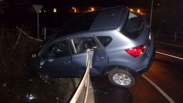 Auto steckt in Brückengeländer.