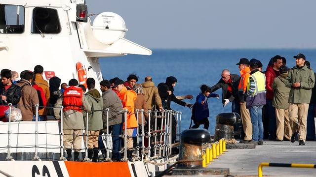 Syrische Flüchtlinge verlassen ihr Boot.