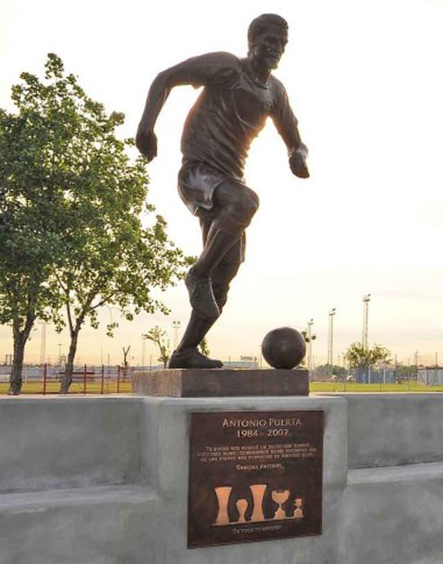 Puerta-Statue auf dem Sevilla-Trainingsgelände.