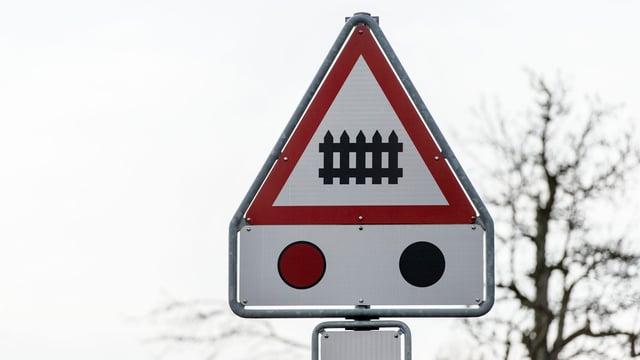 Verkehrsschild mit Barriere-Symbol und Blinklicht-Symbol