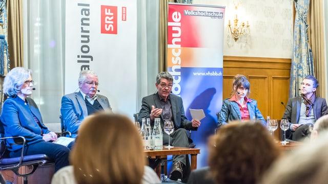 Moderator Dieter Kohler in der Mitte, links Carena Schlewitt und Frank Baumbauer, rechts Viola Hasselberg und Philippe Bischof. Vor den fünf einige Köpfe von Leuten im Publikum.
