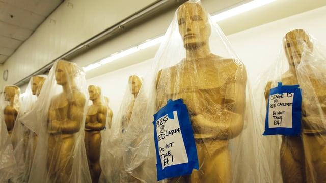 In Plastik eingepackte Oscar-Statuen, die bei der Preisverleihung als Bühnendekoration eingesetzt werden.