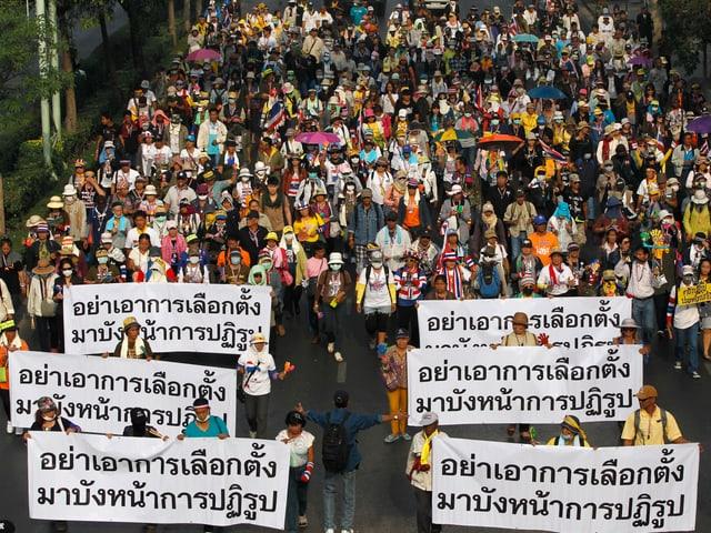 Ein grosser Demonstrationszug in Thailand