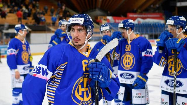 giugader da hockey en tenue blau
