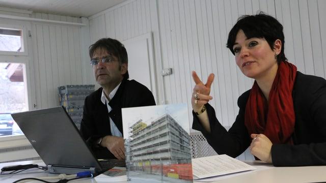 Dretg: Stephan Kunz, il directur dal Museum d'art dal Grischun. Sanester: Nicole Seeberger, la collavuratura scientifica.