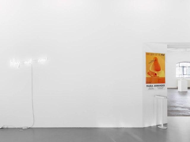 Weisse Wand mit Leuchtschrift
