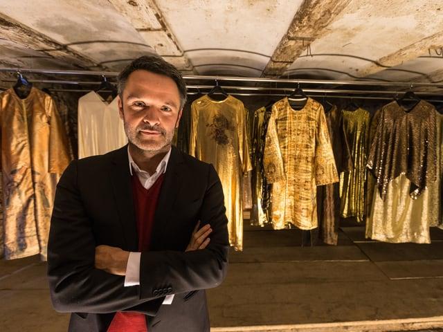 Intendant Giavanni Netzer vor historischen Kostümen