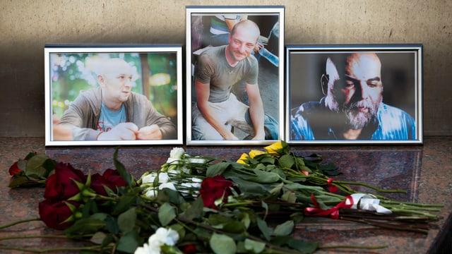 Bilder der drei Journalisten mit Blumen