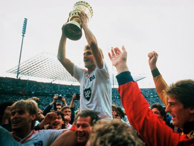 Von Heesen mit dem DFB-Pokal.