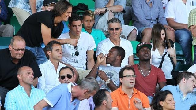 Zuschauertribüne mit verschiedenen FCB-Stammspielern
