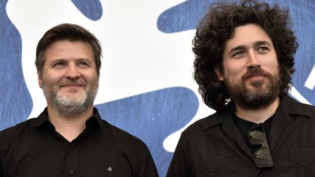 Zwei Männer lächeln.
