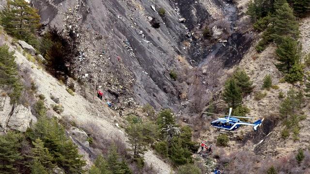 Ein Helikopter der französischen Gendarmerie kreist über der Unglücksstelle