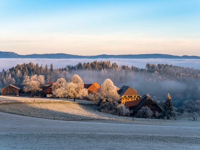 Blick auf einen Weiler am Nebelmeer.