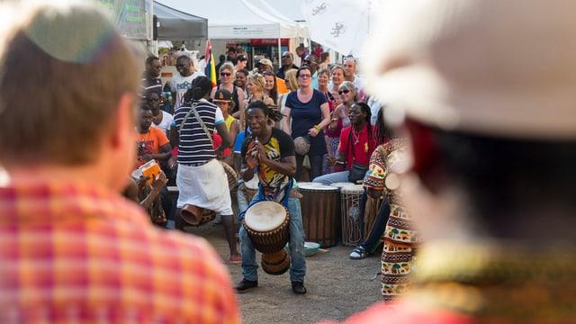 Menschen beobachten afrikanischen Trommler