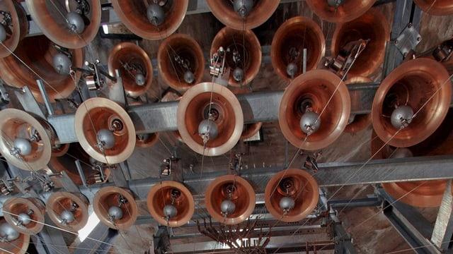 Glocke neben Glocke hängt im Glockenturm der Abtei Saint-Maurice.