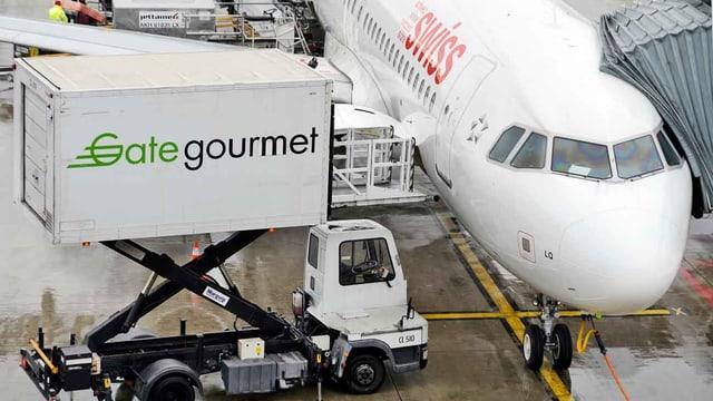 Ein Gatetourmetwagen ist an ein Flugzeug angekoppelt.
