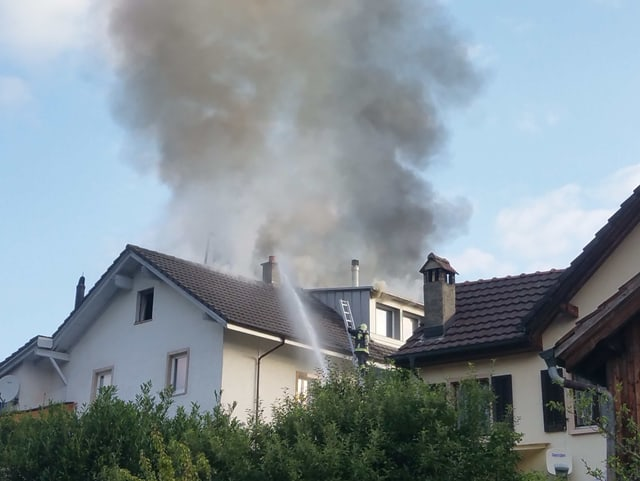 Flammen aus Dach.