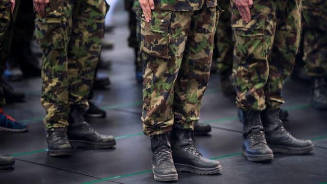 Beine und Stiefel von zum Appell angetretenen Soldaten
