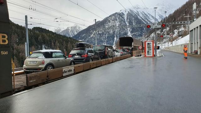 L'entrada al tunnel dal Veraina a Sagliains cun chars dal tren d'autos chargiads.