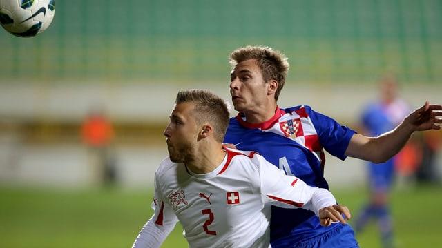 Silvan Widmer deckt vor Niko Datkovic den Ball ab.