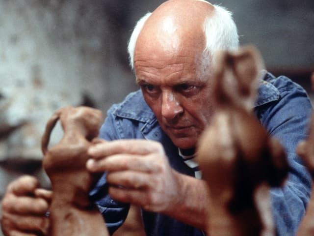 Picasso hantiert an einer kleinen Skultur herum