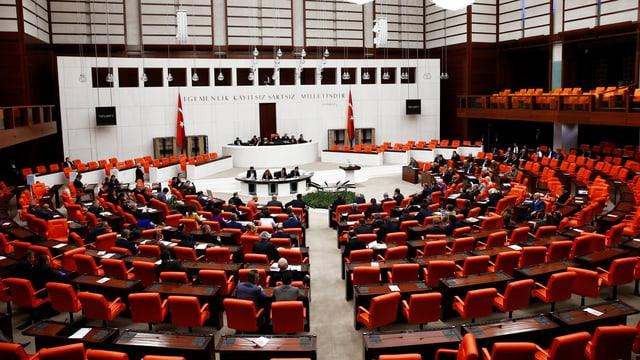Blick ins türkische Parlament: Die Abgeordneten verlieren künftig an Einfluss.