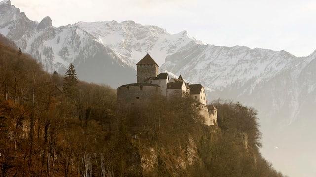 Das Schloss Vaduz mit Schneebergen im Hintergrund.
