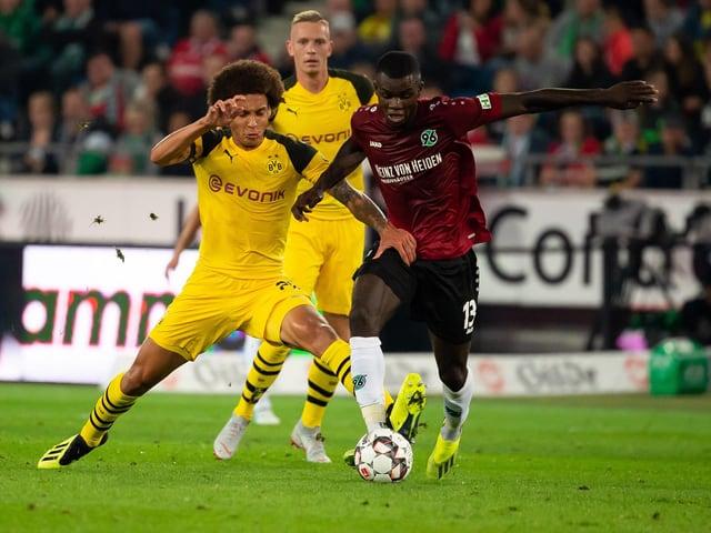 Dortmunds Axel Witsel im Zweikampf mit Ihlas Bebou.