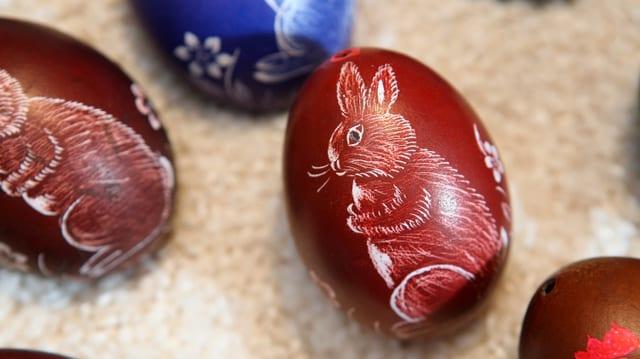 Eier mit aufgemalten Osterhasen
