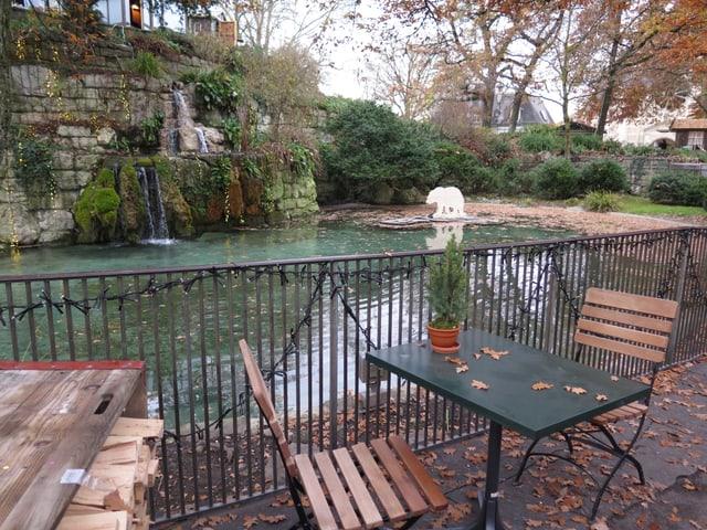Tischlein und Gartenstühle am Teich der Kleinen Schanze