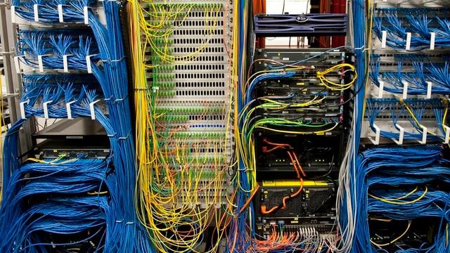 farbige Kabel, Computer von hinten